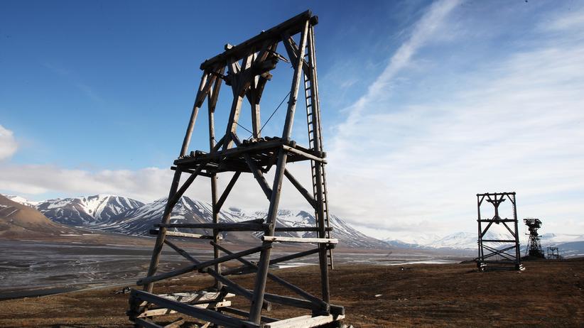 Verfallene Holztürme, die einst für den Transport von Kohle aus den Minen verwendet wurden.