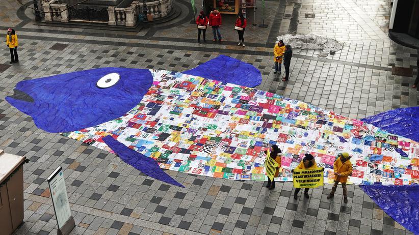 Umweltverschmutzung: In einer Straße in Wien hat Greenpeace 800 Plastiktüten zu einem Fisch zusammengeklebt, um gegen die Verschmutzung der Meere zu demonstrieren.