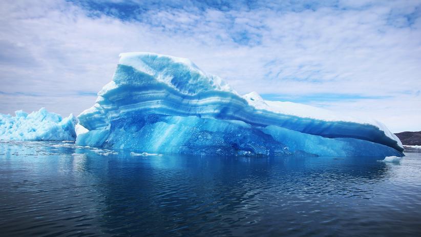 """Klimawandel: """"Kalben"""" nennen Forscher es, wenn Gletschereis abbricht und neue Eisberge entstehen. Dieser hier trieb 2013 vor Qaqortoq in Südgrönland."""