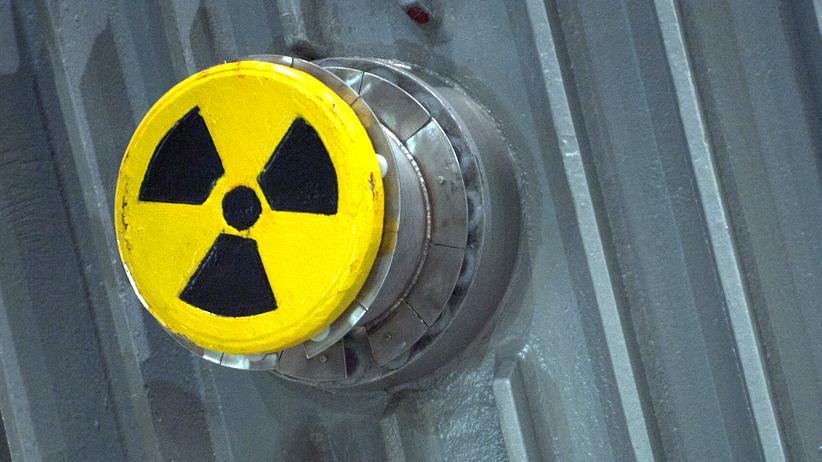 Radioaktivität: Das Zeichen für Radioaktivität an einem Castor-Transporter