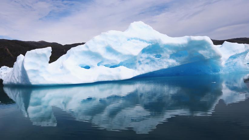 Grönland-Eisschild: Ein Eisberg im Süden Grönlands bricht langsam ins Meer.