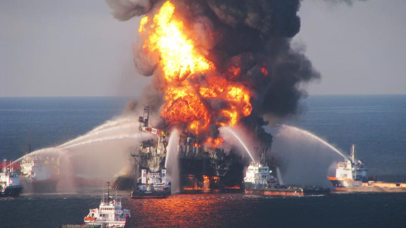 """Deepwater Horizon: Löschboote bekämpfen am 21. April 2010 das Feuer auf der brennenden Ölbohrplattform """"Deepwater Horizon""""."""