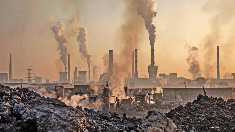 Klimawandel: Bis Mitte des Jahrhunderts sollte es solche Bilder nicht mehr geben: Rauch steigt aus den Schloten einer nicht genehmigten Stahlfabrik in China.