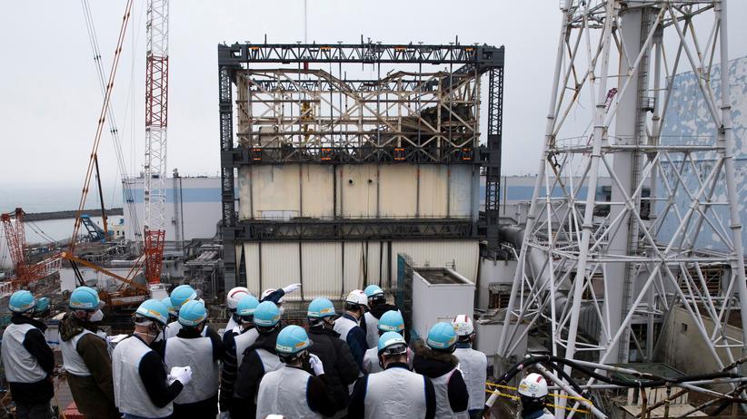 Nuklearkatastrophe: Eine Gruppe von Journalisten besucht im Februar 2017 die Anlage. Im Hintergrund ist Reaktorblock 1 zu sehen.