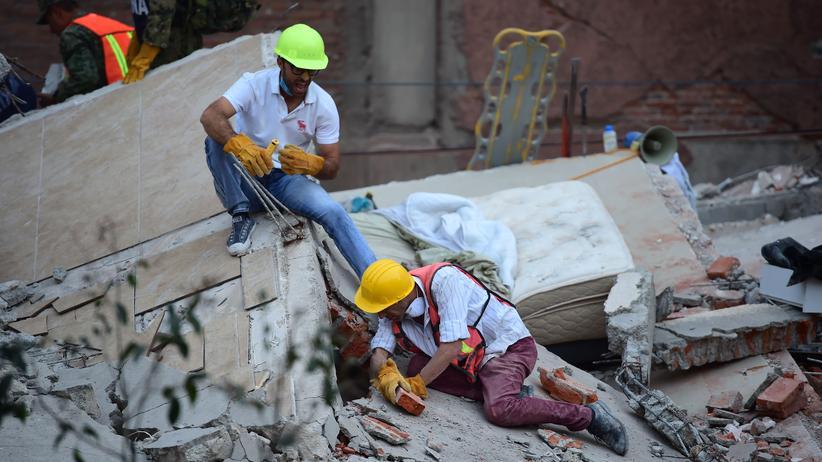 Mexiko-Stadt: Bergungsarbeiten in Mexiko-Stadt. Die Hauptstadt Mexikos wurde von einem Erdbeben der Stärke 7,1 erschüttert.