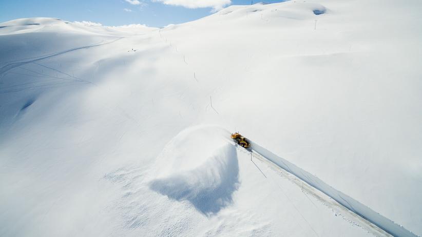 Schnee: Mit Riesenschaufeln gegen Blizzards und Winterchaos