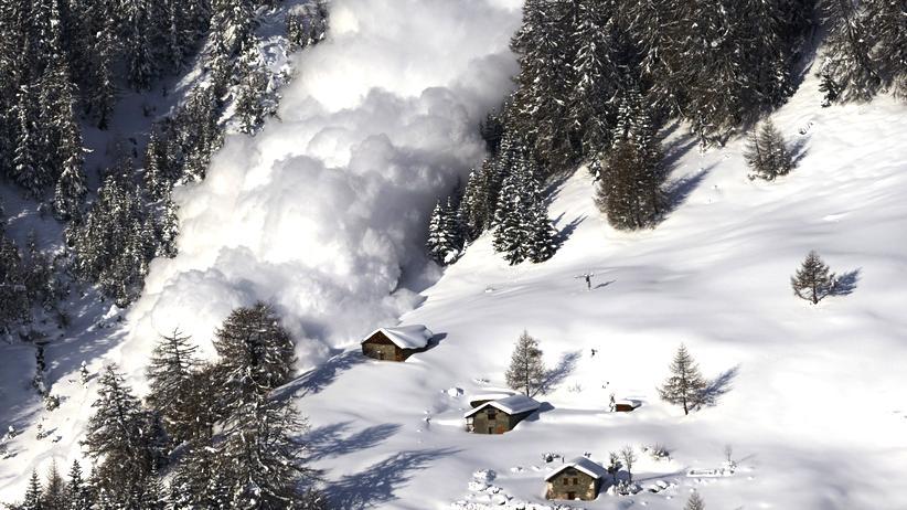 Lawinen in den Alpen: Eine Lawine in den Schweizer Alpen. Durchschnittlich sterben dort jährlich 22 Menschen, weil sie verschüttet wurden.