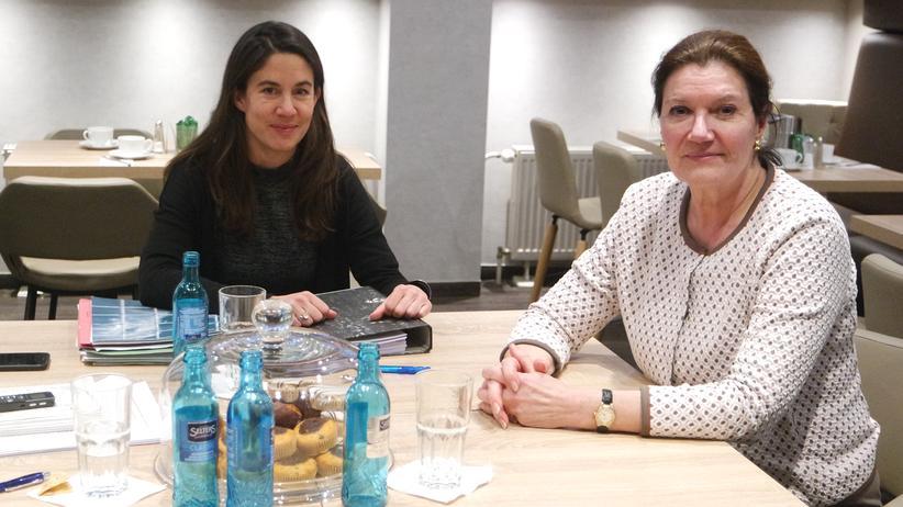 Tierschutz: Zwei Frauen streiten: Henriette Mackensen – Vegetarierin und Aktivistin vom Deutschen Tierschutzbund (links) und Susanne Kolb-Wachtel, Pelzträgerin und Geschäftsführerin des Deutschen Pelzinstituts. Beide sind Hundehalterinnen. Ansonsten haben sie wenig gemeinsam.