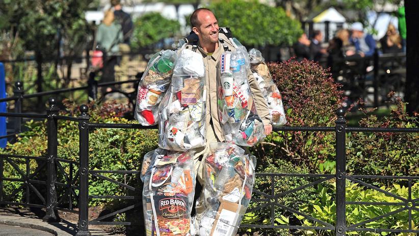 Grillen im Park: Wir stellen unsere Abfälle besonders gerne dorthin, wo bereits etwas rumliegt: Rob Greenfield aus New York hat einen Monat lang den Müll im Union Square Park gesammelt und sich damit umhüllt.