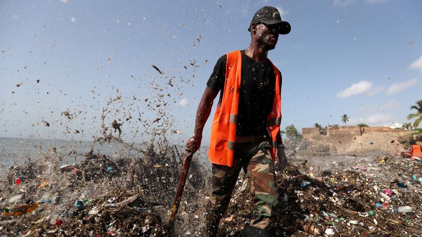 Dominikanische Republik: Ein Soldat watet durch den Müllteppich am Strand Playa de Montesinos