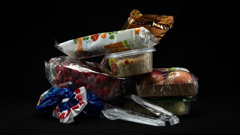 Plastik: Dünnere Folien können die Verpackungsmenge reduzieren.