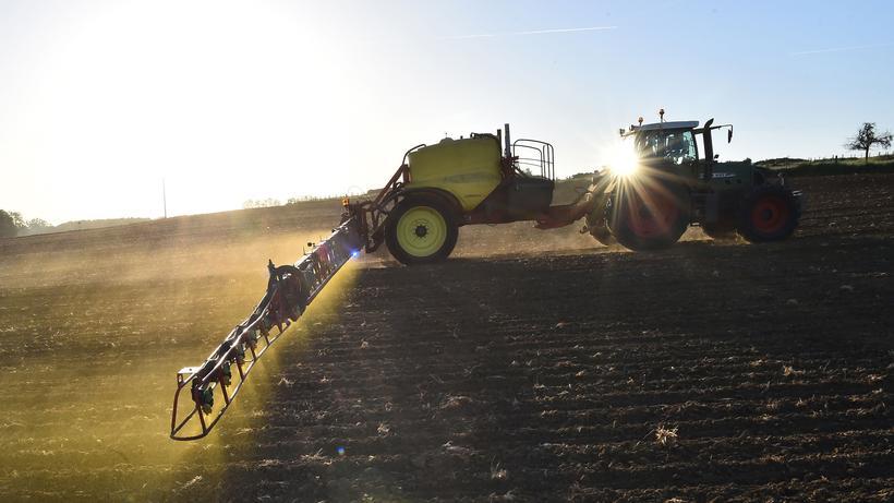 Glyphosat: Ein Landwirt aus dem französischen Piace düngt sein Feld mit einem glyphosathaltigen Pflanzenschutzmittel.