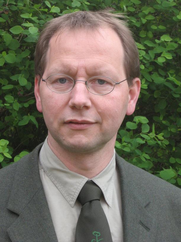 Der Forstdirektor Raimund Engel ist Waldbrandschutzbeauftragter des Landes Brandenburg. 2003 bis 2006 leitete er das dortige Lagezentrum Brand- und Katastrophenschutz.