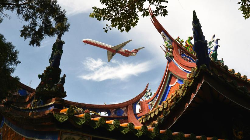 Flugverzicht: Ein Flugzeug über Taiwans Hauptstadt Taipeh. Jeder Langstreckenflug bringt arktisches Eis zum Schmelzen. Doch nur wenige verzichten freiwillig fürs Klima auf Fernreisen.