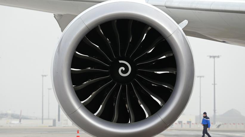 Klimaschutz: Ein Triebwerk einer Boeing 787-9 Dreamliner am Flughafen Charles de Gaulle in Paris