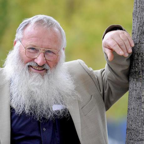 """Artenschutz: Peter Berthold ist ehemaliger Leiter der Vogelwarte in Radolfzell, die zur Max-Planck-Gesellschaft gehört. Bis zu seiner Emeritierung forschte er zu vielen Aspekten der Vogelwanderung. Außerdem hat er ein Buch zum Thema geschrieben: """"Vögel füttern, aber richtig""""."""