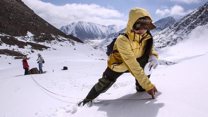 Geoengineering: Am Gletscher Nr. 1 im Tian-Shan-Gebirge untersuchen Forscherinnen und Forscher unter anderem, wie viel Licht der Schnee direkt zurückstrahlt.