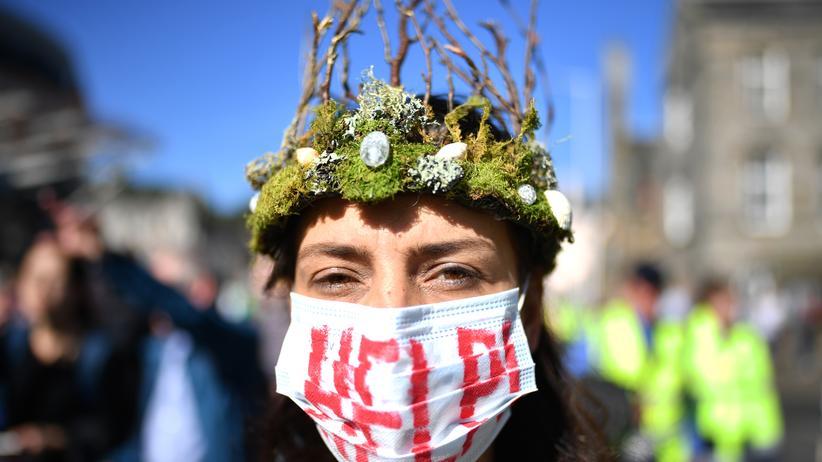 Klimabericht: Demonstrantin im schottischen Edinburgh beim weltweiten Klimastreik am 20. September
