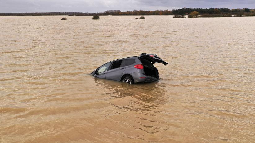 UN-Umweltprogramm: Ein Auto treibt in den Fluten nach einer Überschwemmung in Lincoln vor wenigen Tagen in Großbritannien.