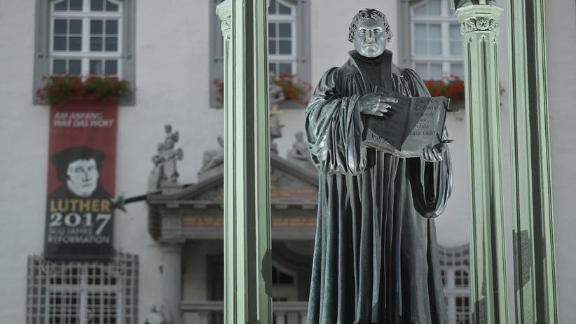 Martin Luther: Das Martin-Luther-Denkmal aus dem 16. Jahrhundert auf dem Marktplatz in Wittenberg