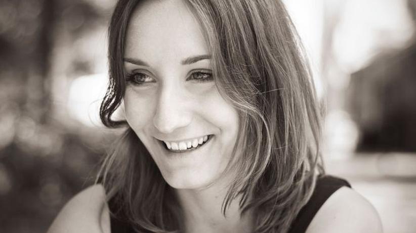 """Ostdeutsche: Elisabeth Rank wurde 1982 in Berlin geboren. Sie veröffentlichte die Romane """"Und im Zweifel für dich selbst"""" und """"Bist Du noch wach"""" bei Suhrkamp und im Berlin Verlag. Sie arbeitet als Onlineredakteurin bei """"Wired""""."""