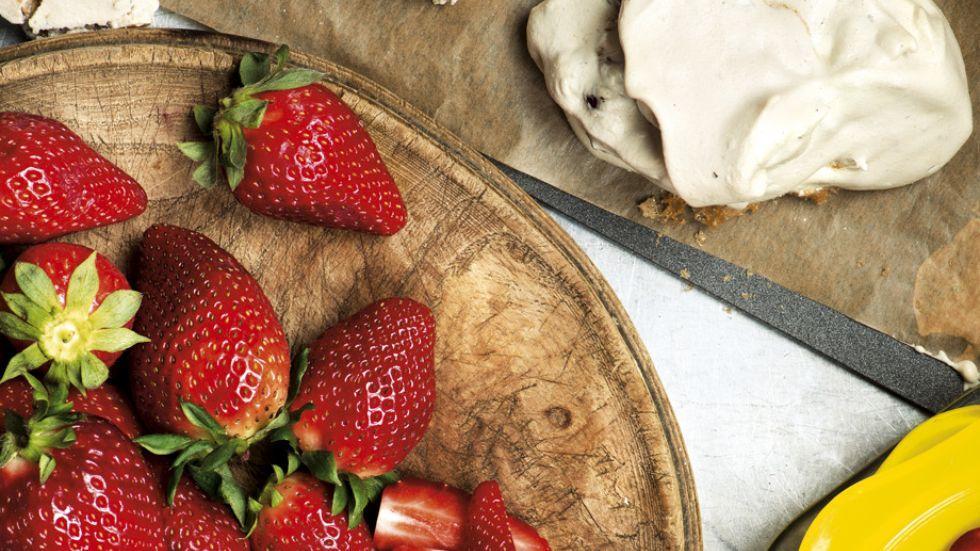 Erdbeeren mit Haselnussbaiser