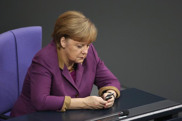Kanzlerin Merkel mit ihrem Mobiltelefon im Bundestag