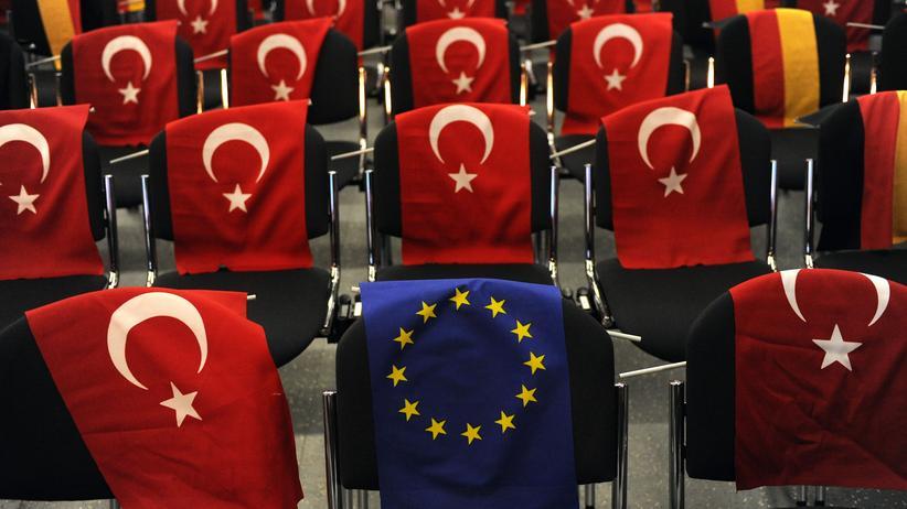 Deutsche und türkische Flaggen auf Stühlen in Köln