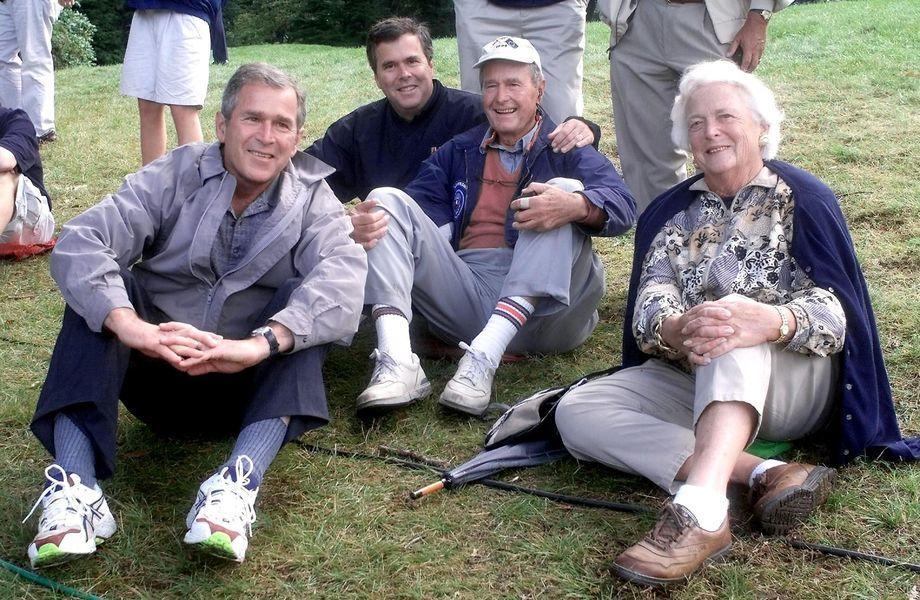 Gesellschaftskritik: Jeb Bush (2.v.l.) mit Bruder George W. (links), Vater George und Mutter Barbara 1999