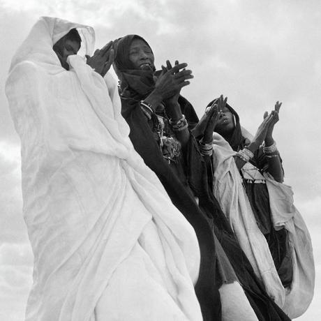 Wind, Licht, Bewegung und eine dramatische Kulisse: Diese drei Tuareg-Frauen feiern die Geburt eines edlen Kindes. Tamanrasset, Sahara, 1957