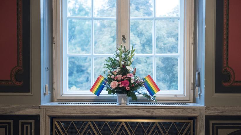"""Jahresrückblick 2017: Regenbogenfahnen in einem Rathaus in Berlin-Schöneberg: Die """"Ehe für alle"""" hat sich nun endlich durchgesetzt."""