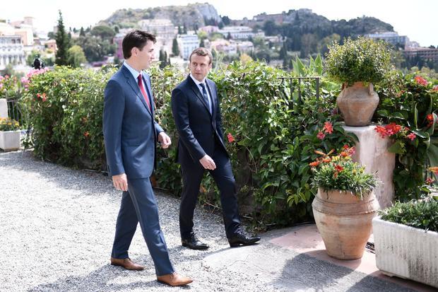Gesellschaftskritik: Paar vor schöner Kulisse: Trudeau und Macron auf Sizilien