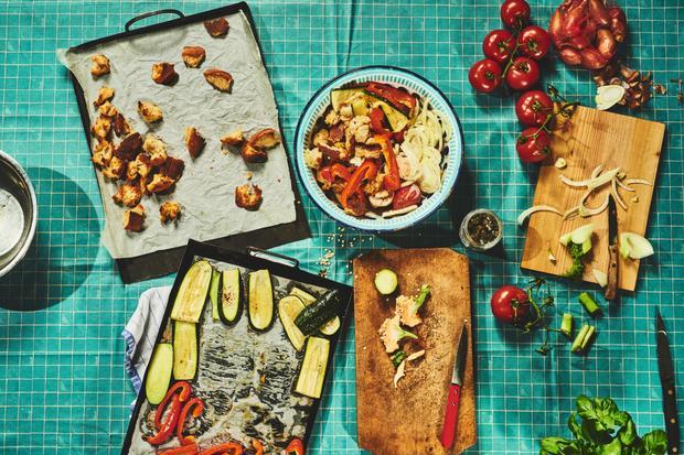 Wochenmarkt: Brotsalat mit Tomaten und geröstetem Gemüse
