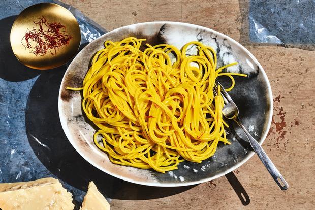 spaghetti mit safran vergoldete pasta zeitmagazin. Black Bedroom Furniture Sets. Home Design Ideas