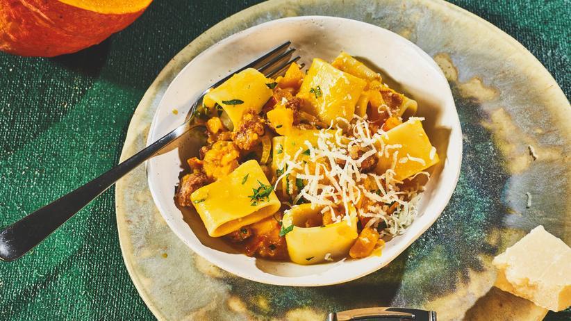 Pasta mit Salsiccia und Kürbis: Wenn man weniger Kürbis essen will, hilft Wurst