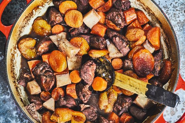 Rehragout mit Aprikosen: Nelken, Aprikosen und Orangenschale: Wer sieht da nicht gleich überall Tannenzweige herumhängen? Mit diesen Zutaten wird das Ragout vom Reh saisonal süß, wild und würzig.