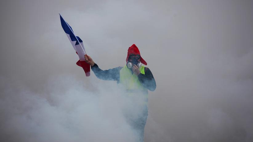 Gelbwesten: Ein Gelbwesten-Demonstrant in Paris. Wenn das Geld ohnehin knapp ist, wird, können höhere Spritpreise schnell zu einer erheblichen Belastung werden.