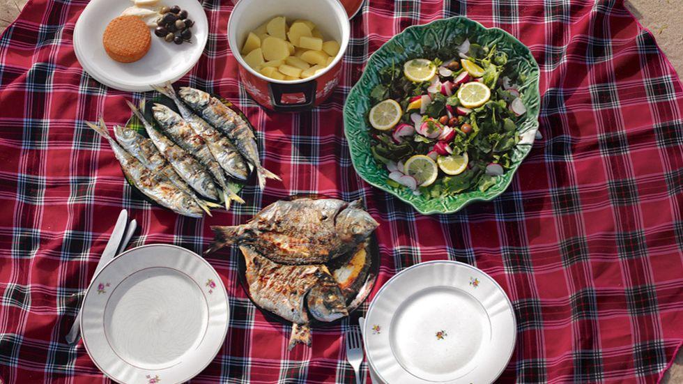 Am besten schmeckt gegrillter Fisch da, wo er zu Hause ist: beim Picknick am Meer