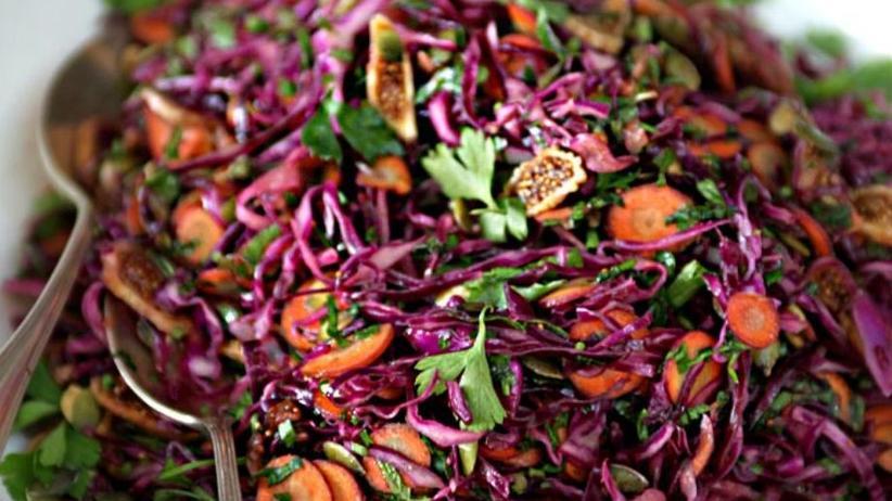 Sonntagsessen: Purple Power Salat aus Rotkohl, Karotten und getrockneten Feigen mit vielen Kräutern