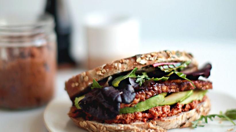 Sonntagsessen: Gebratenes Tempeh mit Avocado und selbstgemachtes rotes Pesto auf getoasteten Roggenbrot