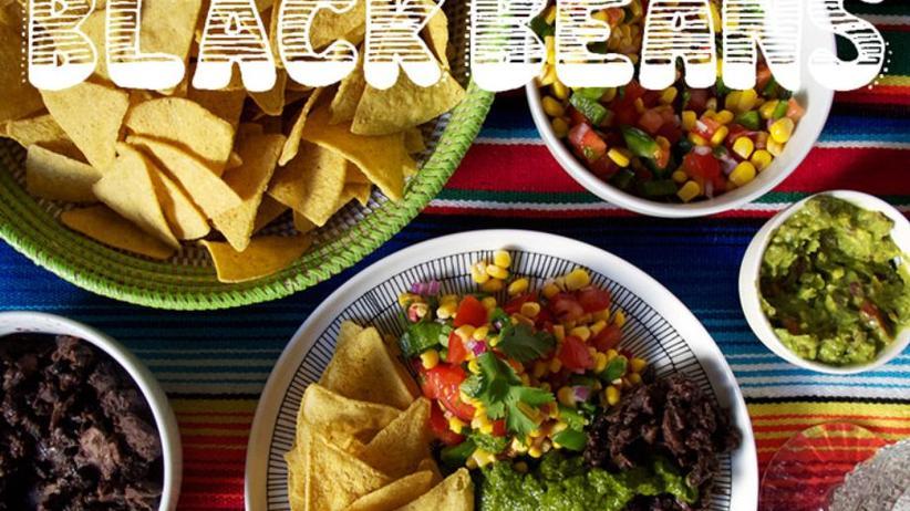 """Jessica Prescotts """"Re-fried Black Beans"""": Schwarze-Bohnen-Paste mit Pilzen und Chili. Dazu gibt es selbstgemachte Saucen (grün und aus Cashewnüssen), eine würzige Guacamole und eine Mexicorn-Salsa."""