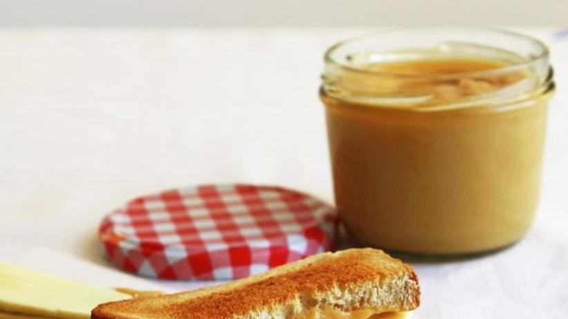 Kaya, die asiatische Kokosmarmelade, isst man traditionell mit einem 2-Minuten-Ei, Butter, weißem Pfeffer und Sojasauce auf Toast.