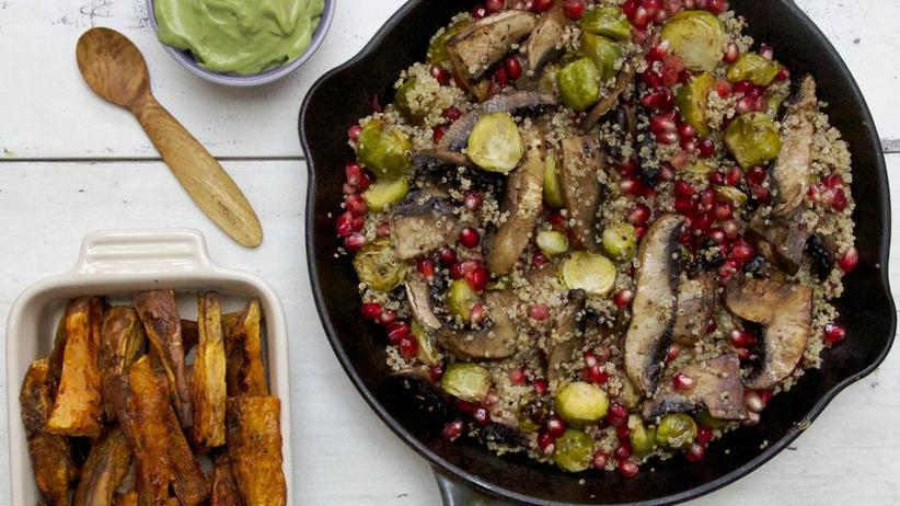 Quinoasalat mit im Ofen geröstetem Rosenkohl und Granatapfelkernen