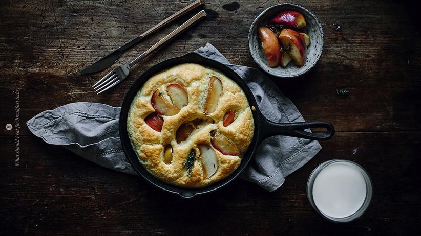 Omelette mit Apfel, Cheddarkäse, Thymian und Honig