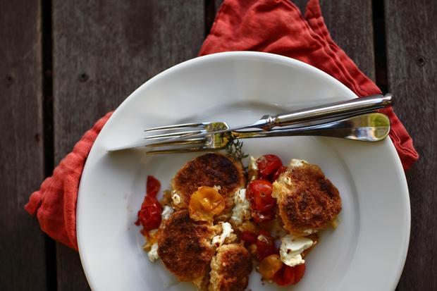 Salziger Cobbler mit Tomaten und Ziegenkäse