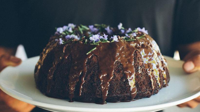 Saftiger Schokoladenkuchen mit Rosmarin ohne Gluten