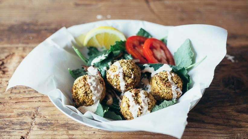 Falafel auf Salat mit Sesamdressing