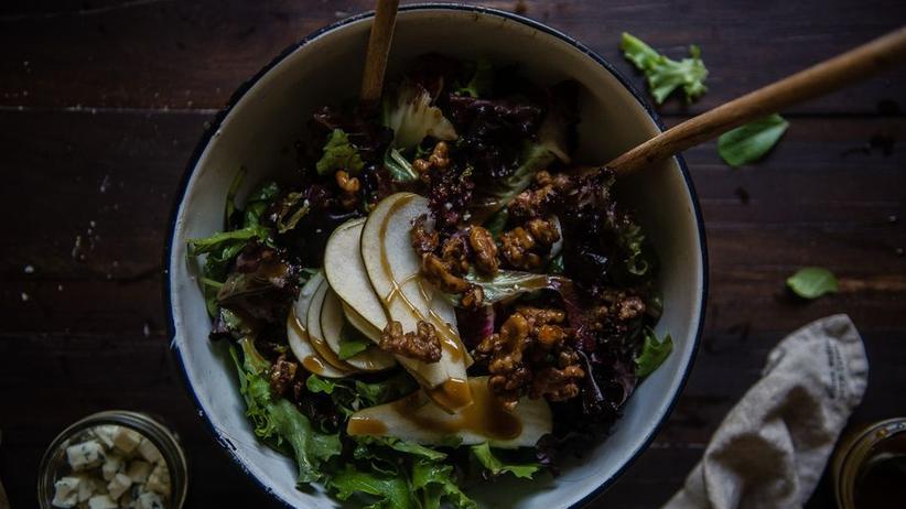 Winterlicher Salat mit karamellisierten Walnüssen, Birnen und Gorgonzola