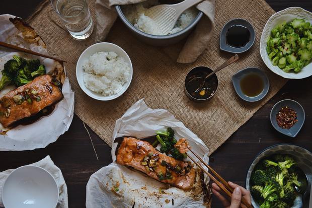 Saftiger Lachs mit Teriyakisauce, im Ofen in Backpapier gegart
