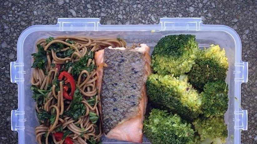 Sobanudeln mit Chilisauce, Lachs und Brokkoli